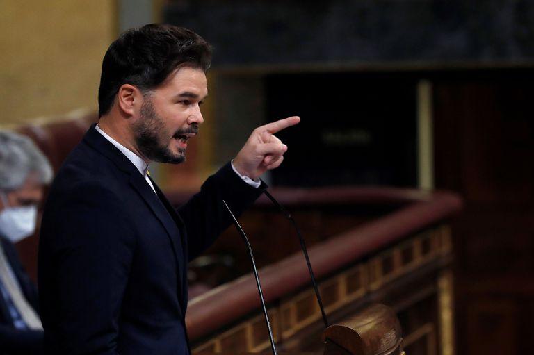 El portavoz de ERC, Gabriel Rufián, durante su intervención en el pleno del Congreso que este jueves debate y vota la prórroga del estado de alarma durante seis meses. EFE/ Zipi