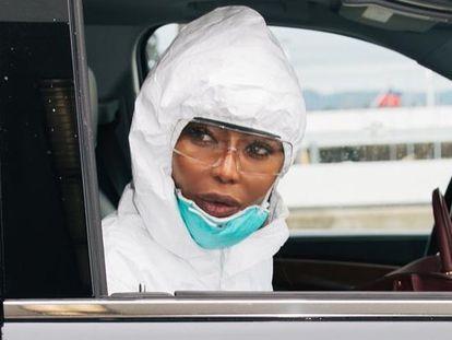 La última extravagancia de Naomi Campbell: su vestimenta para protegerse del coronavirus