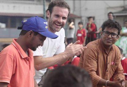 Juan Mata en Mumbái con Ashok, de la Fundación Óscar.