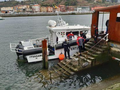 Una embarcación de la Ertzaintza participa este lunes en las labores de rastreo en la ría de Bilbao.