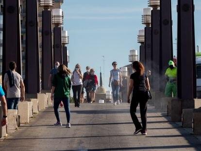Varios peatones, en Zaragoza el 2 de mayo.