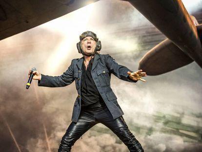El cantante de Iron Maiden, Bruce Dickinson, durante una actuación de la banda en el festival Sweden Rock Festival 2018, en Suecia.