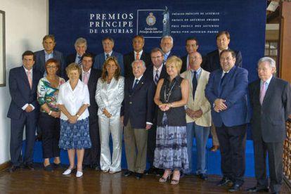 El Jurado del Premio Príncipe de Asturias de los Deportes 2006, presidido por el ex presidente del COI Juan Antonio Samaranch (centro), posa para los medios de comunicación antes de reunirse ayer en Oviedo.
