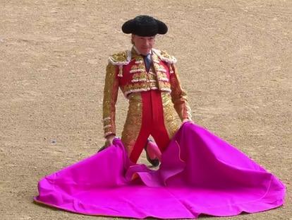 Javier Cortés, de rodillas, para recibir al primer toro de la tarde.