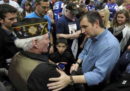 Ted Cruz conversa con un veterano de guerra.