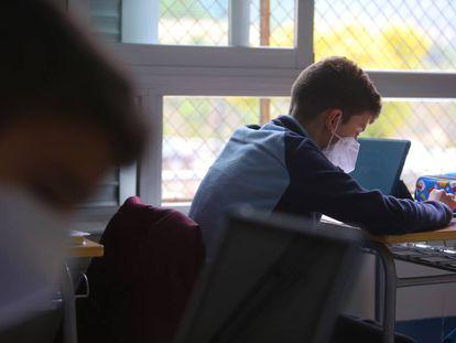 Un alumno del instituto Pare Vitoria de Alcoy.