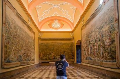Tres de los tapices de 'La conquista de Túnez', este miércoles tras su reparación en el Real Alcázar de Sevilla.