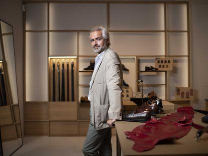 Carlos Baranda en su tienda de zapatos, Glent Shoes.