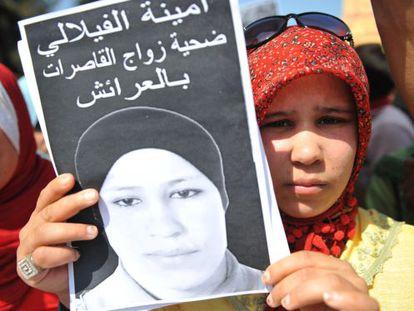 Hamida, hermana de Amina Filali, muestra una imagen de la fallecida.