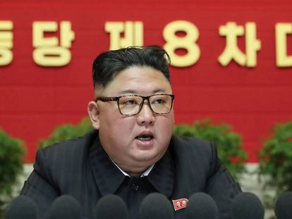 El líder norcoreano, Kim Jong Un, se dirige al Octavo Congreso del Partido de los Trabajadores, este viernes.