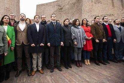 Abascal, Casado y Rivera, junto a otros dirigentes de sus partidos, en el acto en Colón por la unidad de España. / CARLOS ROSILLO