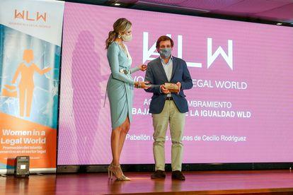 La presidenta de la asociación Women in a Legal World, Marlén Estévez, entrega el premio Embajador de la Igualdad al alcalde José Luis Martínez-Almeida.