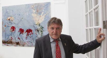 Javier Fernández de Molina con su obra 'Encarnado en lo cálido'.