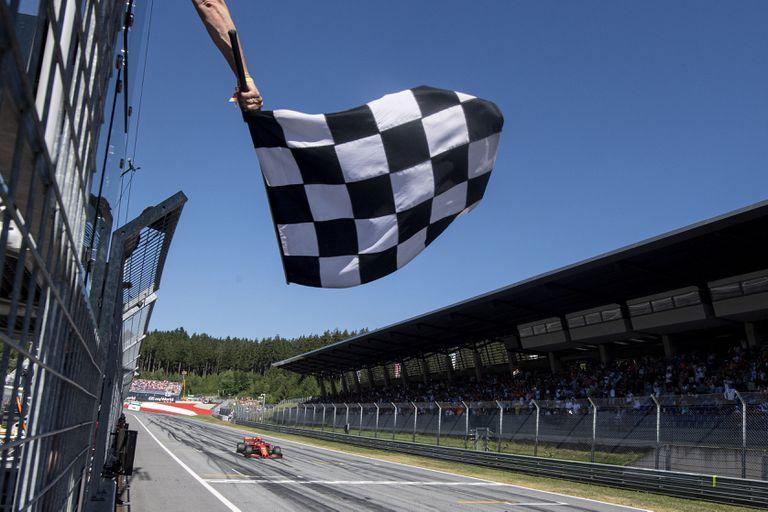 Charles Leclerc, de Ferrari, cruza la línea de meta del GP de Austria de 2019..