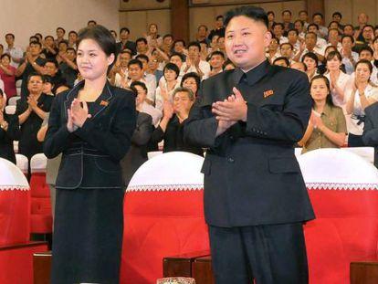 El líder norcoreano, Kim Jong-un, junto a su mujer, Ri Sol-ju.