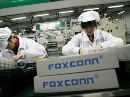 Trabajadores en una fábrica de Foxconn en China.