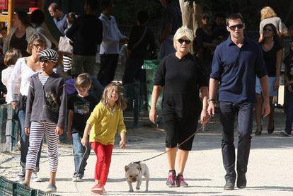 Hugh Jackman pasea con su esposa, Deborra-Lee Furness, y sus hijos por París, en 2011.
