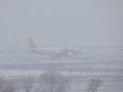 Un avión este viernes en el aeropuerto de Barajas. 08/01/2021
