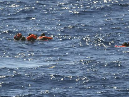 Varios migrantes saltan del 'Open Arms' para llegar a las costas de Lampedusa.