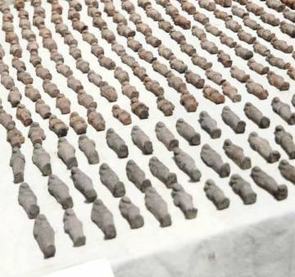 """Estatuillas """"ushabti"""" encontradas en diversas partes de la tumba."""