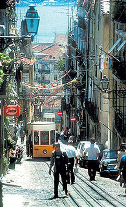 El funicular de Bica une el Barrio Alto con la zona de la estación de Cais do Sodre, en Lisboa.