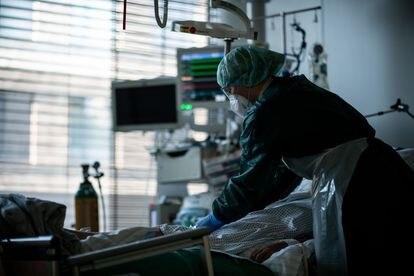 Una habitación de la unidad de cuidados intensivos con pacientes covid en el Hospital Universitario de Essen, Alemania, en septiembre.