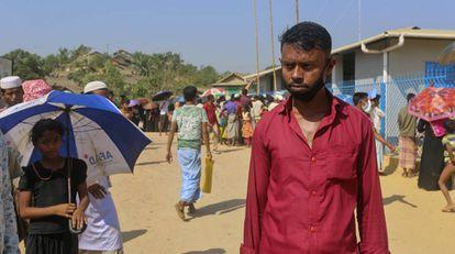 """Sagir Ahmed, de 33 años, en el campo de refugiados de Kutupalong, en Cox's Bazar, donde reside, el 1 de abril de 2020. """"La gente ha estado haciendo cola para lograr algo de ayuda durante toda una semana. Definitivamente se enfermarán en esta situación. El trabajo humanitario no se está haciendo y la gente va a morir de todas formas por enfermedades '', sostiene."""