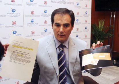 El alcalde de Córdoba, José Antonio Nieto (PP), muestra la carta anónima recibida con documentación sobre la elección de San Sebastián 2016