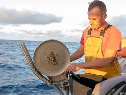Un marinero europeo prepara la red de pesca, en aguas de marruecos.