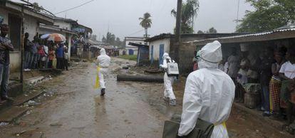Un equipo de emergencias en el mercado de Duwala (Liberia).