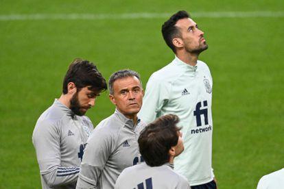 Luis Enrique y Sergio Busquets, ambos en el centro, durante el entrenamiento de la selección española en el estadio Friends Arena de Solna previo al partido de este jueves ante Suecia y valedero para la clasificación del Mundial 2022. (AFP)