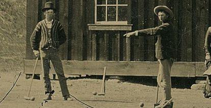 Billy El Niño, a la izquierda, en 1878 en Nuevo México jugando al crocket