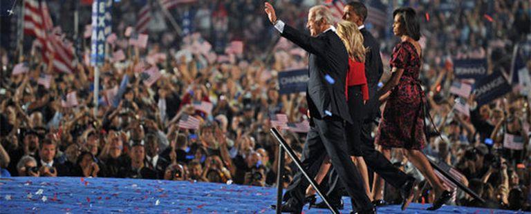 Obama, Biden y sus esposas recorren la pasarela del escenario en el estadio Invesco de Denver en la última jornada de la convención demócrata.