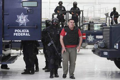 Policías federales escoltan a José de Jesús Mendez Vargas, conocido como 'El Chango', cabeza del cartel de 'La Familia'.