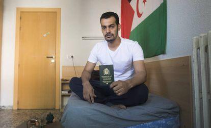 Brahim Chagaf, saharaui con pasaporte de apátrida, el jueves en su habitación de un colegio mayor de Madrid.