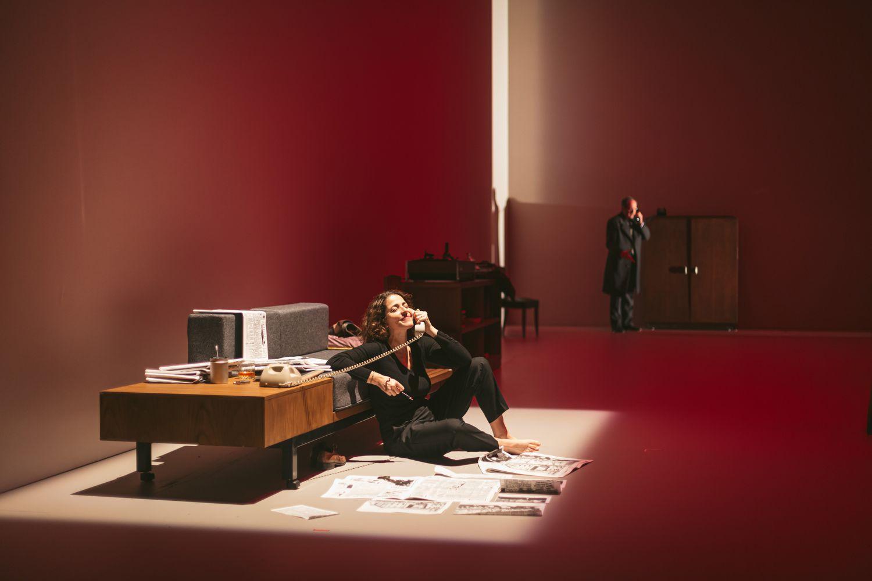 Nora Navas, en primer plano, en una función de 'El cuaderno dorado', adaptada por Carlota Subirós.