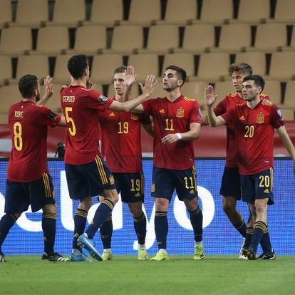 Ferrán Torres celebra con sus compañeros la consecución del segundo gol para su equipo.