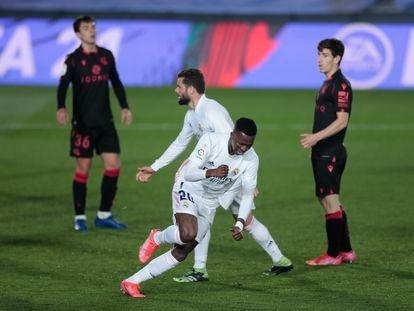 Vinicius celebra el gol del empate con Zubimendi, Nacho y Aihen en segundo término.
