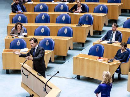 El primer ministro en funciones holandés, Mark Rutte, el 2 de abril de 2021 en el Parlamento de los Países Bajos.