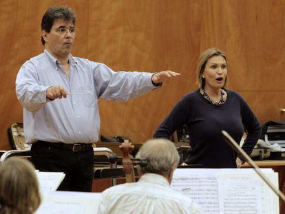 La soprano Ainhoa Arteta ensaya el recital que ofrecerá este martes en Bilbao.