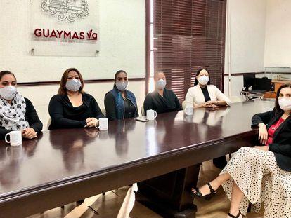 Integrantes del colectivo Guerreras Buscadoras, a la izquierda, y la alcaldesa Sara Valle, este viernes, en Guaymas.