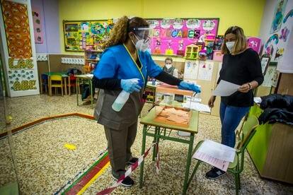 Una mujer limpia en el colegio La Inmaculada-Marillac, en Chamberí.