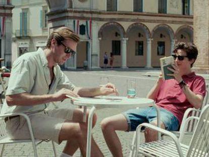 Oliver (Armie Hammer) et Elio (Timothé e Chalamet) partagent une table sur une place de Crema, la ville où il se trouve.  localisé le film & # 039; Appelez-moi par votre nom & # 039 ;.