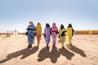 Al salir de clase, un grupo de estudiantes de la academia de formación profesional para mujeres Afad, pasea por la wilaya.
