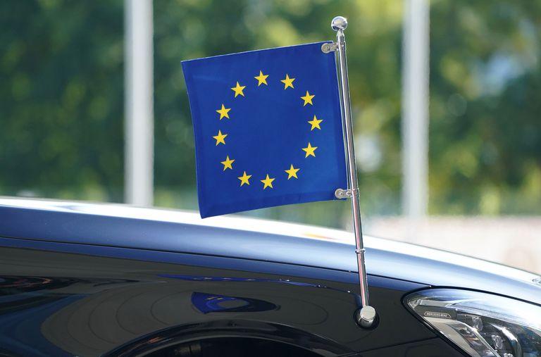 Bandera de la UE en coche oficial de la presidenta de la Comisión Europea.