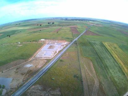 La carretera BA-004, atravesando el yacimiento de Regina Turdulorum.
