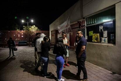 Familiares de las víctimas del accidente de la línea 12 del metro de la Ciudad de México esperan información esta mañana frente al Hospital General de Tláhuac.