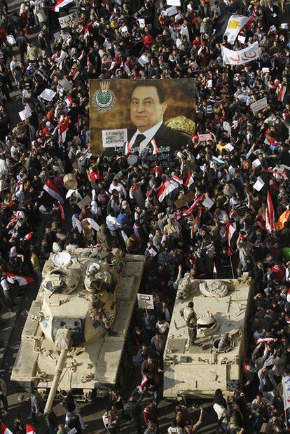 Partidarios de Mubarak se enfrentan a los manifestantes cerca de la plaza Tahrir en El Cairo.