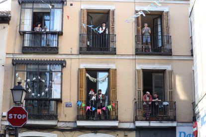 El barrio de Malasaña lleno de color con banderines, farolillos y todo tipo de objetos de decoración, en las fiestas del 2 de Mayo de 2020, en plena crisis del coronavirus.