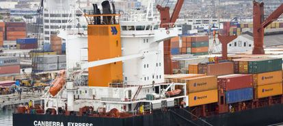 Un barco carguero en el puerto del Callao (Perú)